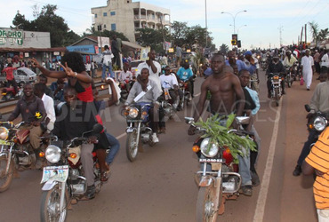 1305244576-supporters-escort-dr-kizza-besigye-as-he-returns-to-kampala_688696
